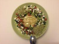 Houmous et salade à la grecque